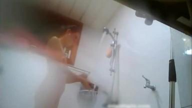 出租屋住进了个模特身材的漂亮女租客浴室偷看人家洗澡